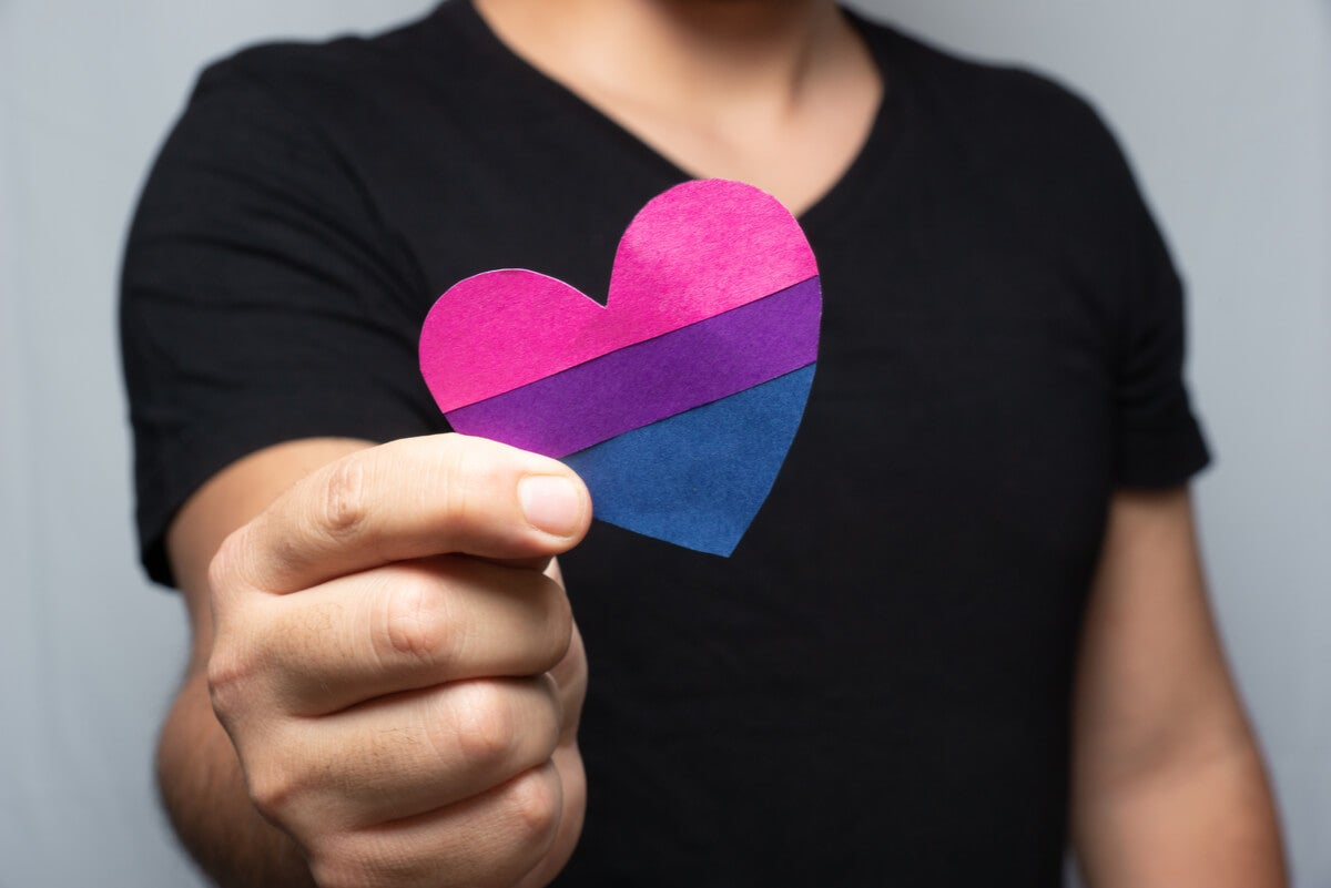 Hombre con símbolo de orgullo bisexual.