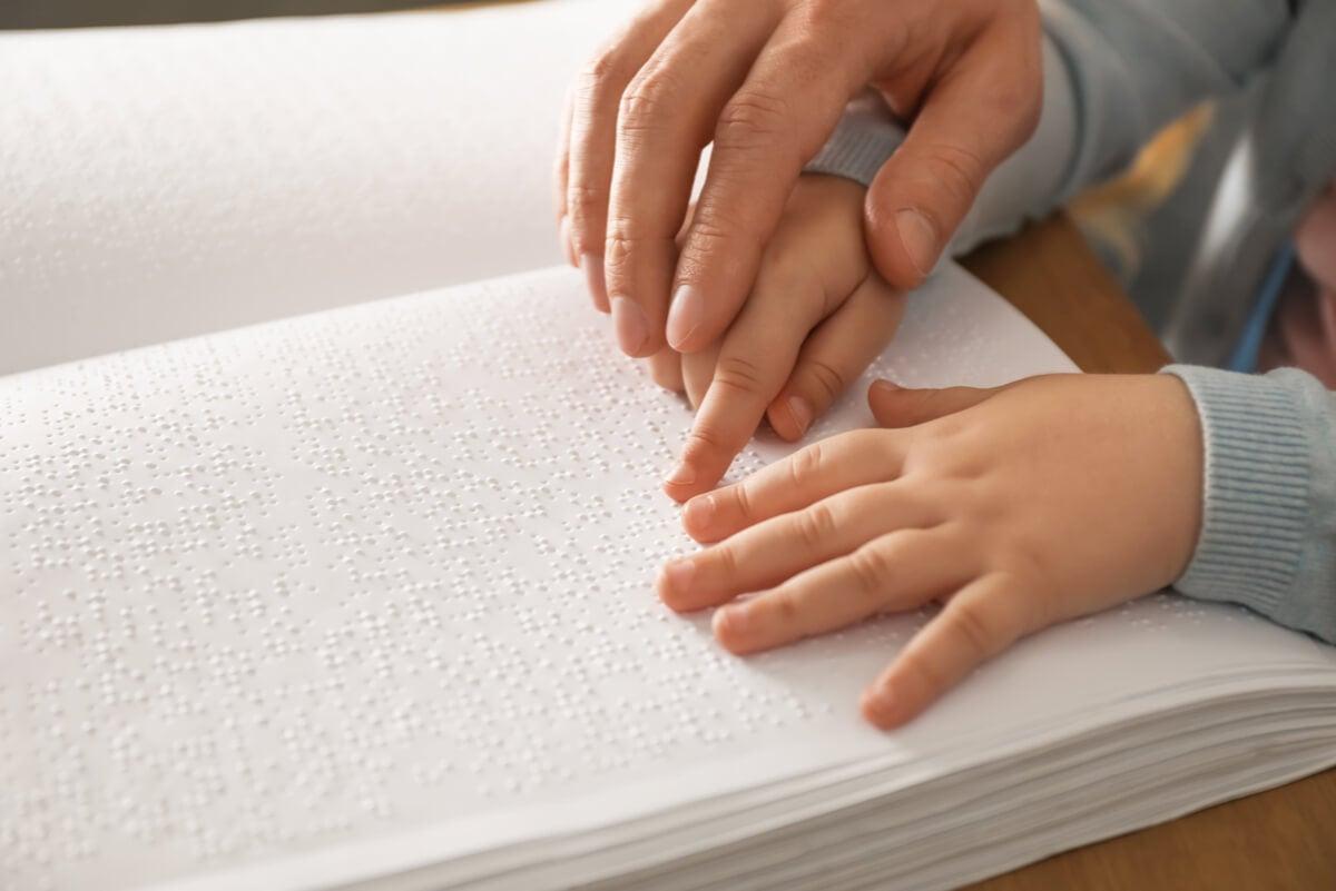 Lectura braille para niños invidentes.