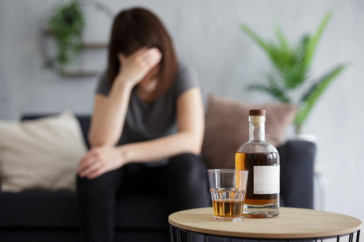 Mujer con alcoholismo que sufrirá síndrome de borrachera seca.