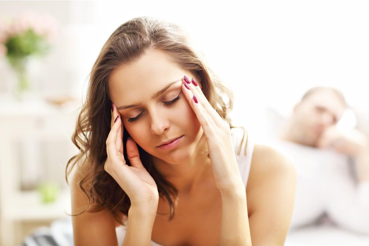 Mujer con dolor de cabeza por orgasmo.