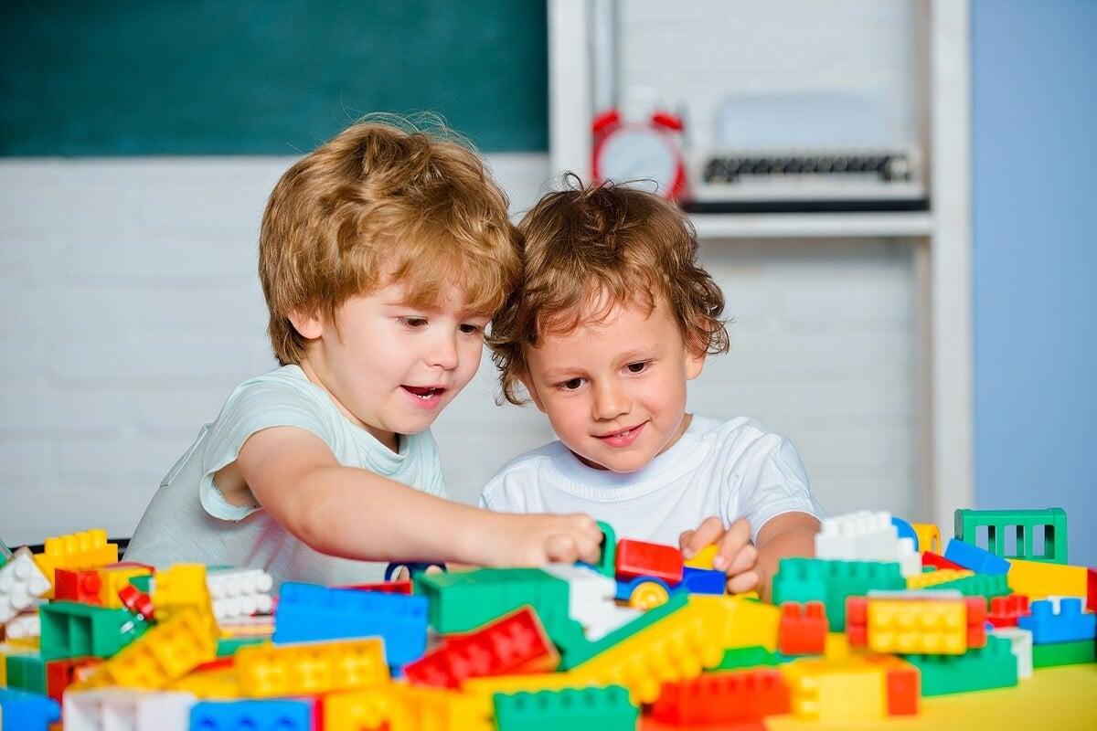 Niños aplicando la terapia del juego.