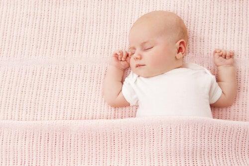 ¿Qué es el síndrome de la cabeza plana en bebés y por qué ocurre?