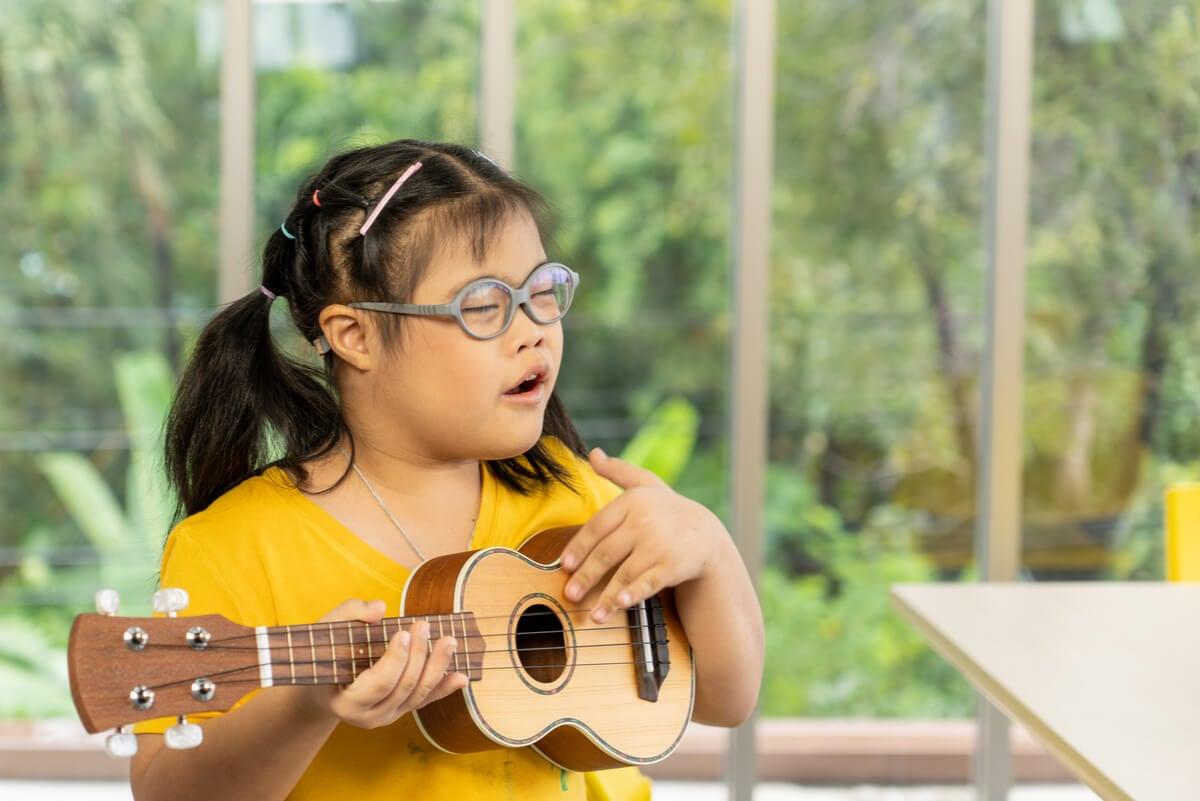 Niña con síndrome de Down en musicoterapia.