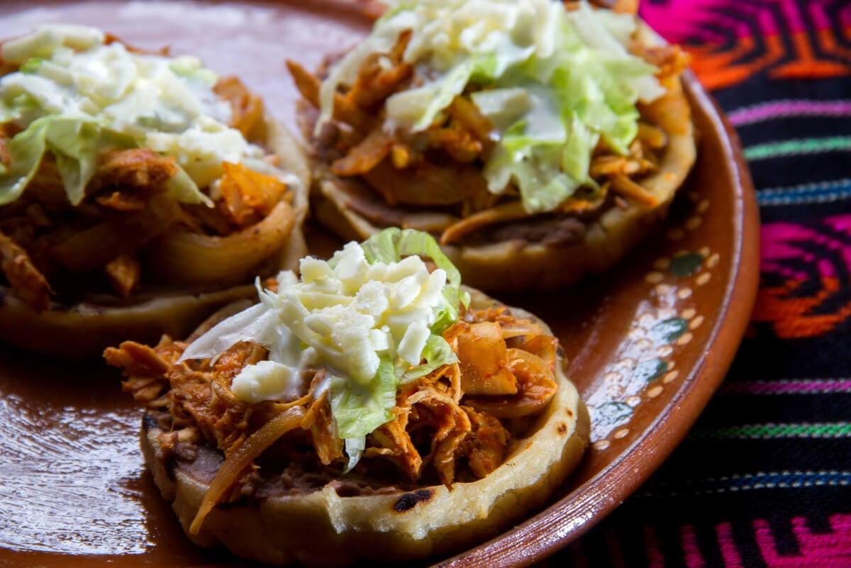 Sopes mexicanos en primer plano.