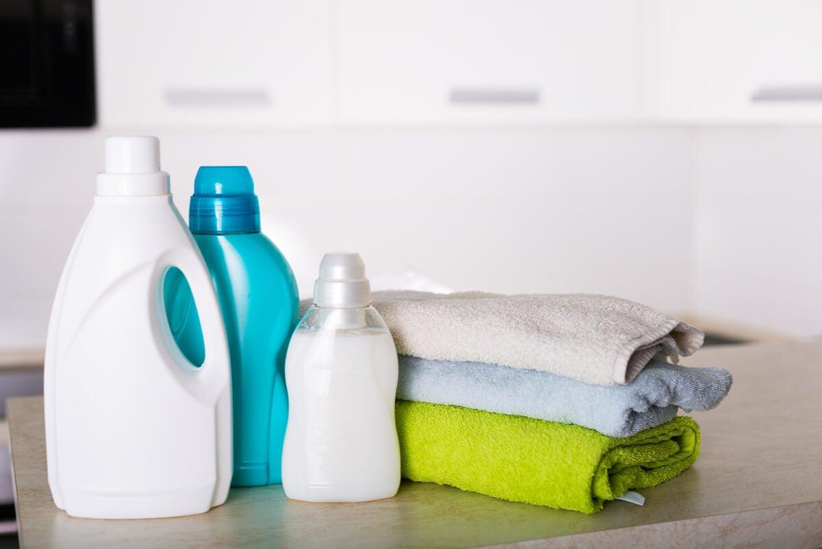 Productos de lavado junto a toallas.
