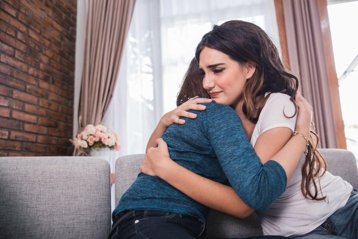 Mujer perdona a otra para superar el pasado.