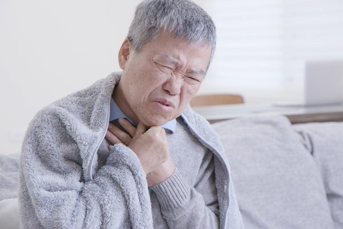 Dolor de garganta en adulto mayor con gripe.