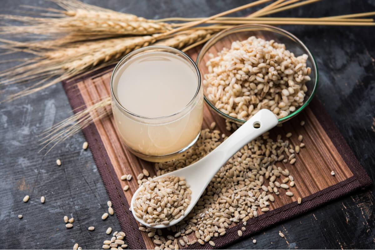 Agua de cebada: beneficios, contraindicaciones y receta.