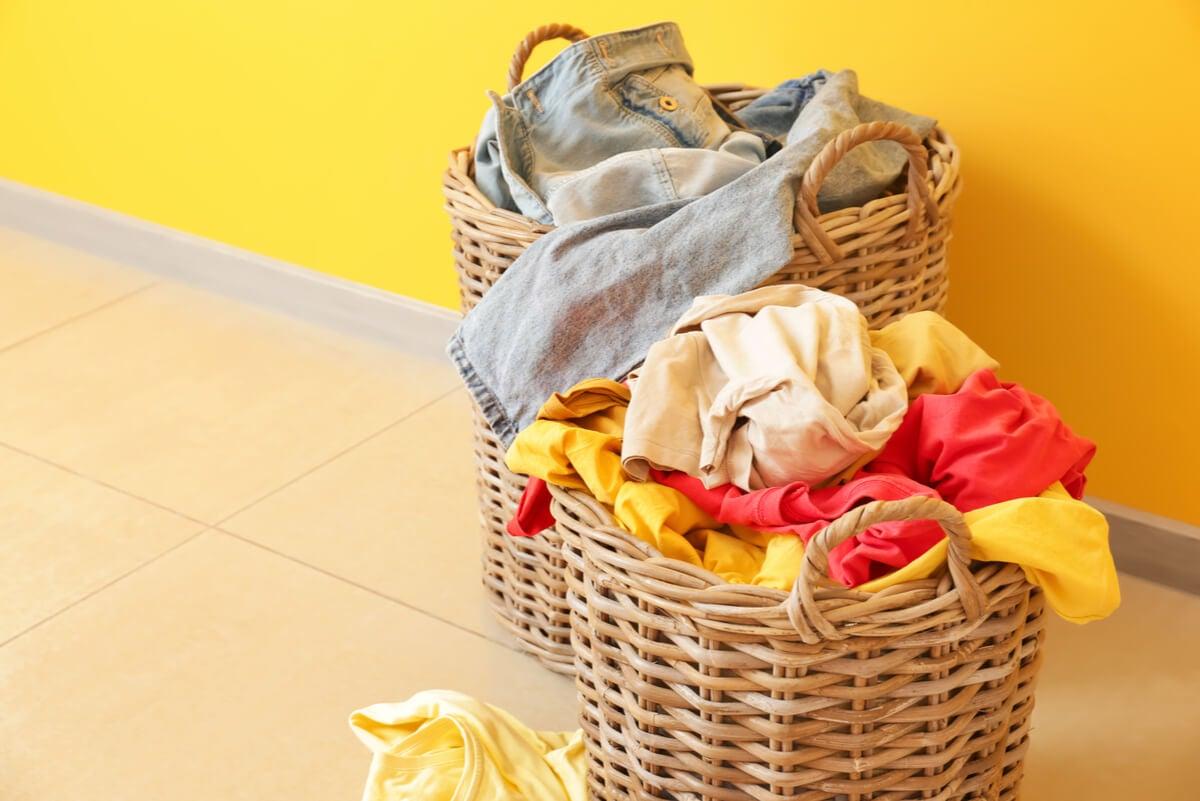 Organizar la ropa en cestos de basura para que laven las personas ocupadas.