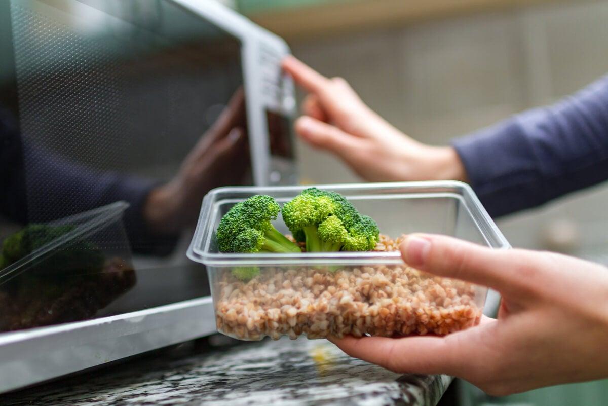 ¿Es recomendable calentar plástico en el microondas?