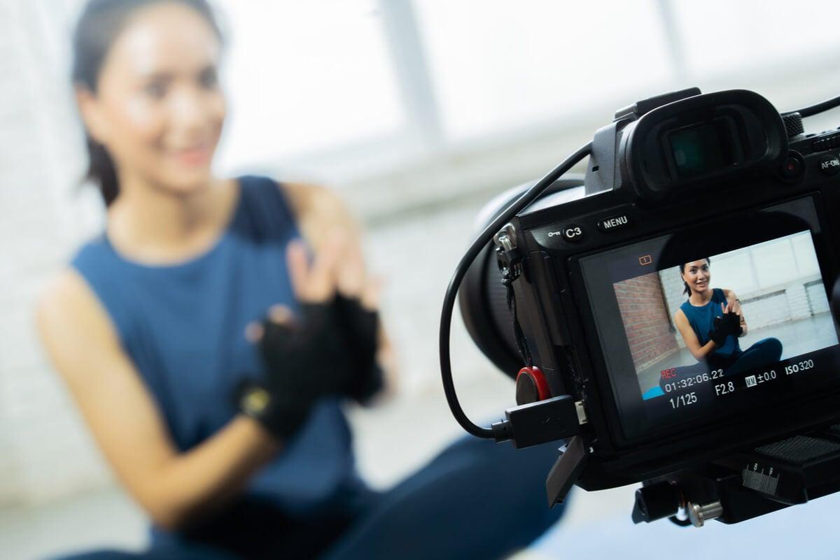 Entrenadora personal online graba su video.
