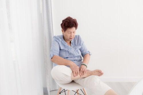 5 ejercicios de estiramiento para adultos mayores que puedes hacer con una silla