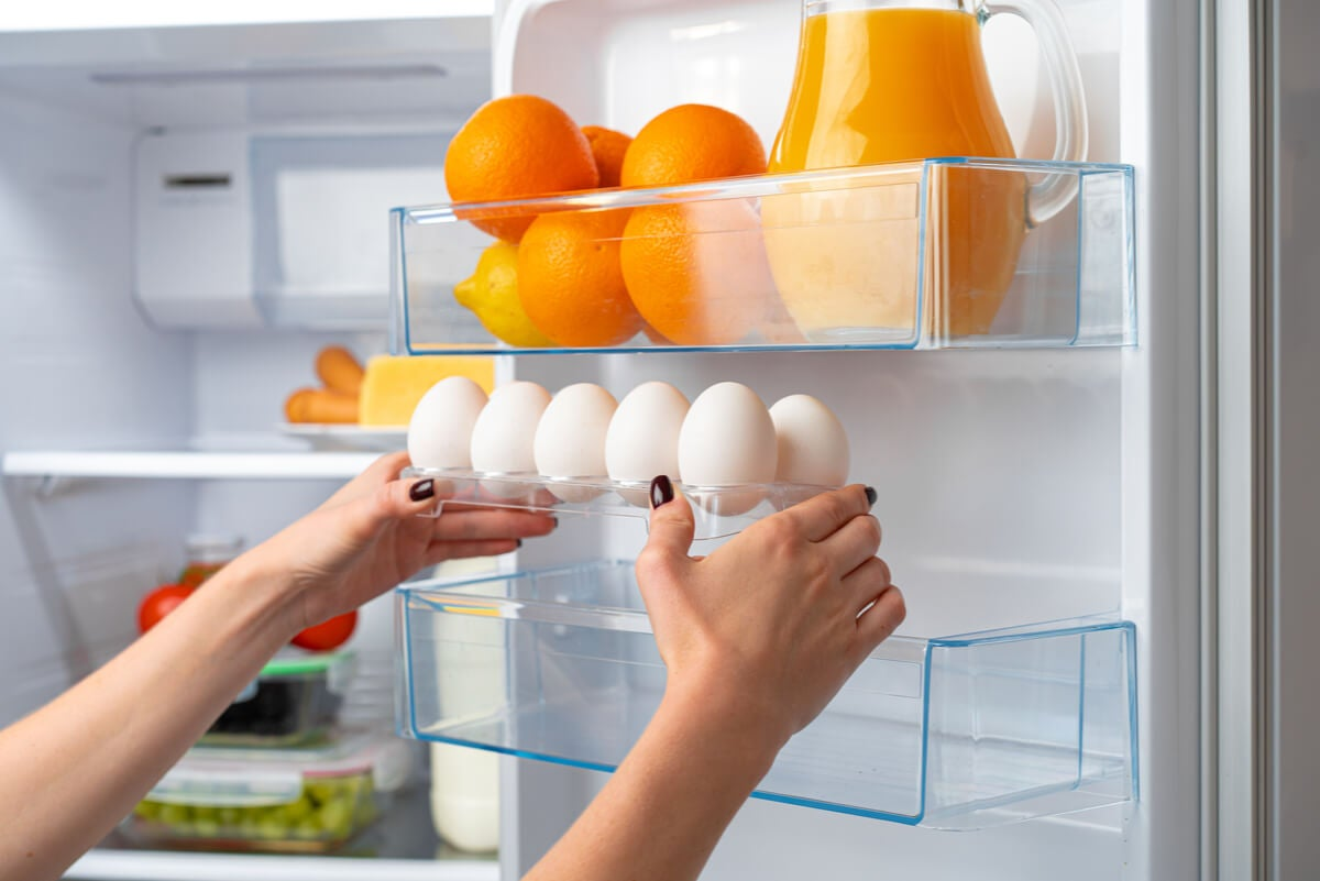 Huevos en la nevera.