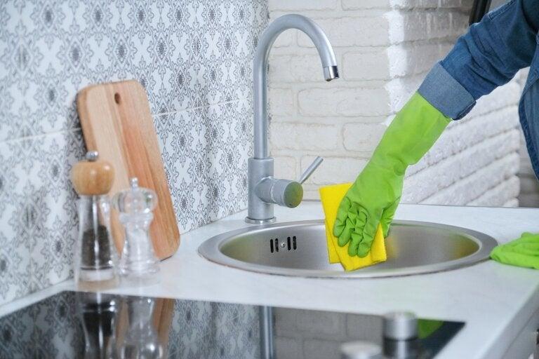 ¿Cómo limpiar correctamente el lavaplatos de acero inoxidable?