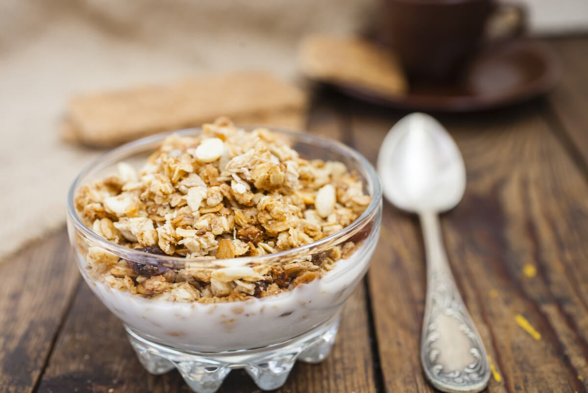 Muesli de frutos secos en yogur.