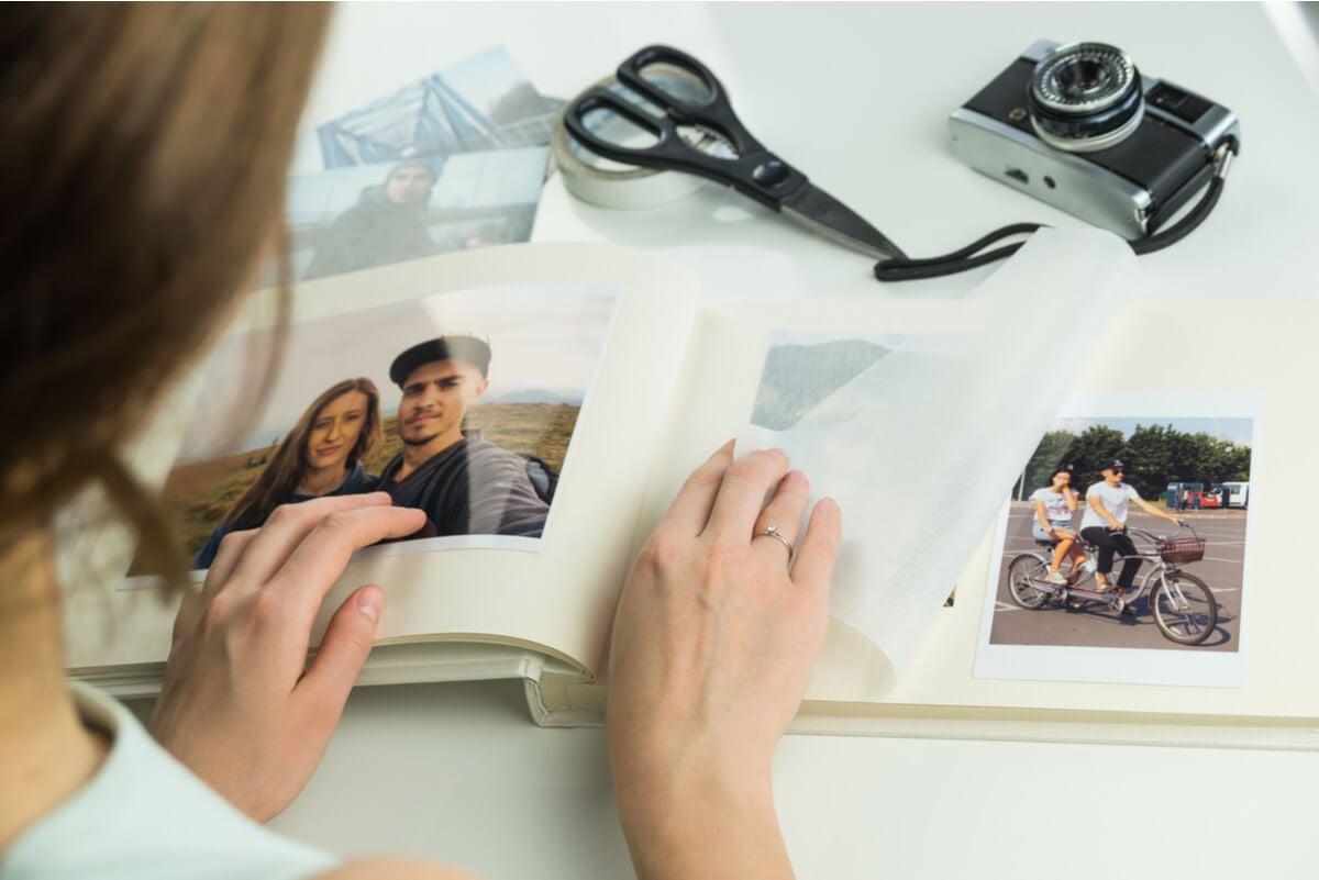 Fotos en un álbum reciclado.
