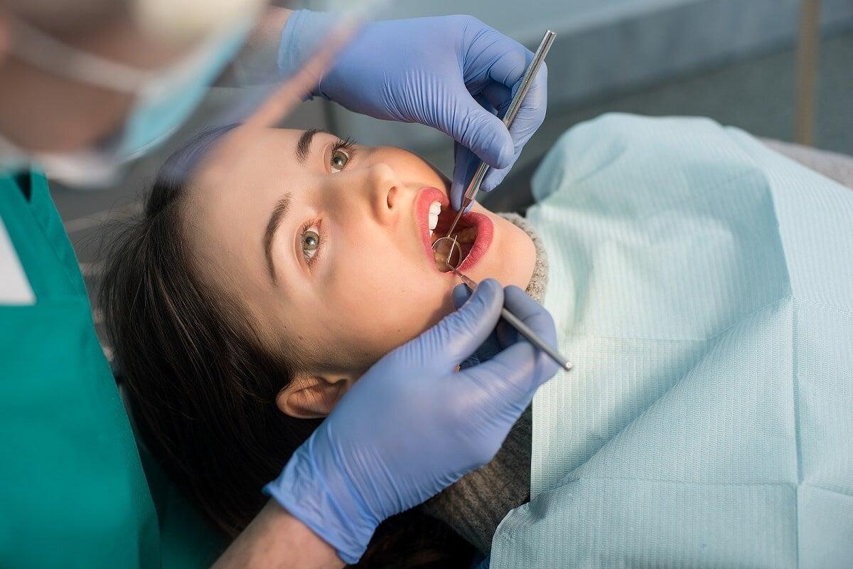 Visita la odontólogo.