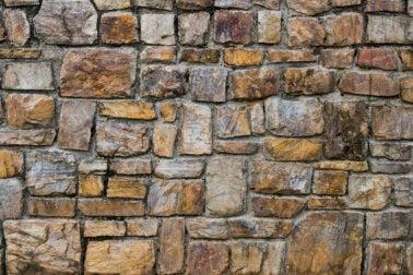 4 soluciones para limpiar paredes de piedra