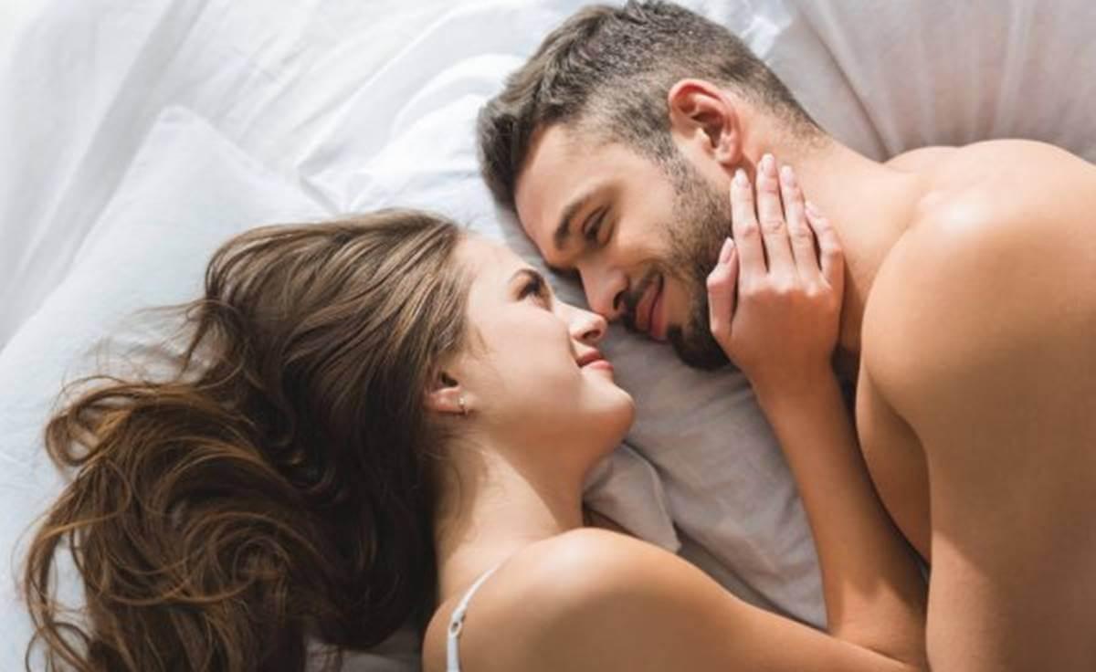 Pareja representando los beneficios de dormir con tu pareja.