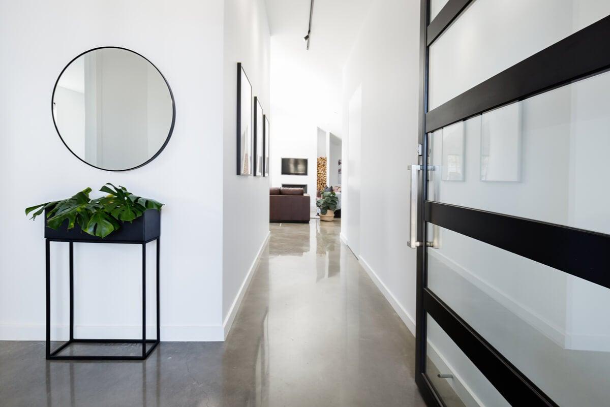 Tonos claros para decorar un pasillo largo.