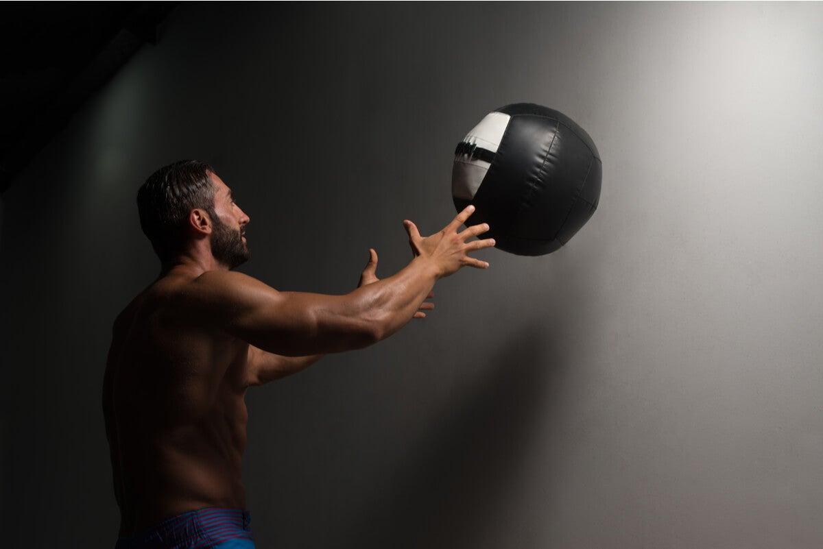 Hombre utiliza slam ball.