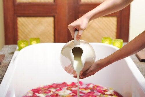 Baños de leche: beneficios, precauciones y consejos