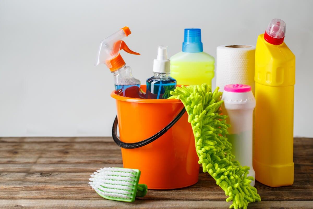 Productos químicos de limpieza para los suelos de mármol.