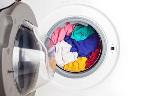 ¿Por qué es importante separar la ropa por colores antes de lavarla?