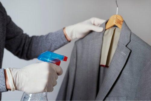 Cómo hacer un spray casero para las arrugas de la ropa