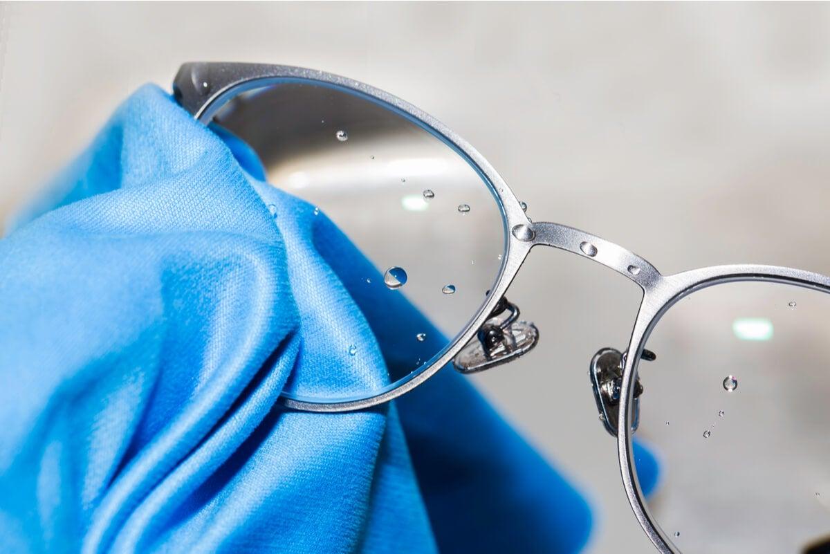 Paño de microfibra para limpiar los lentes.