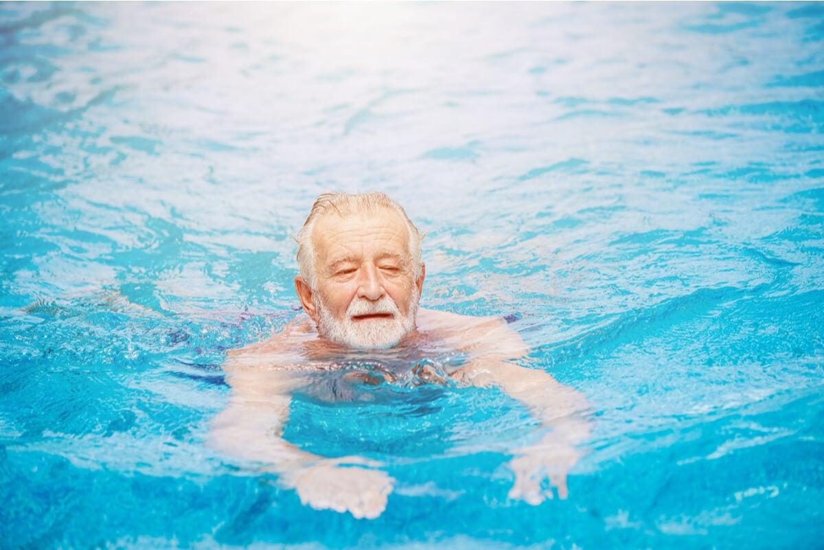 Adulto mayor aprende a nadar.
