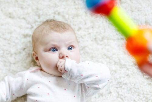 ¿Por qué los bebés se quedan mirando algo fijamente?