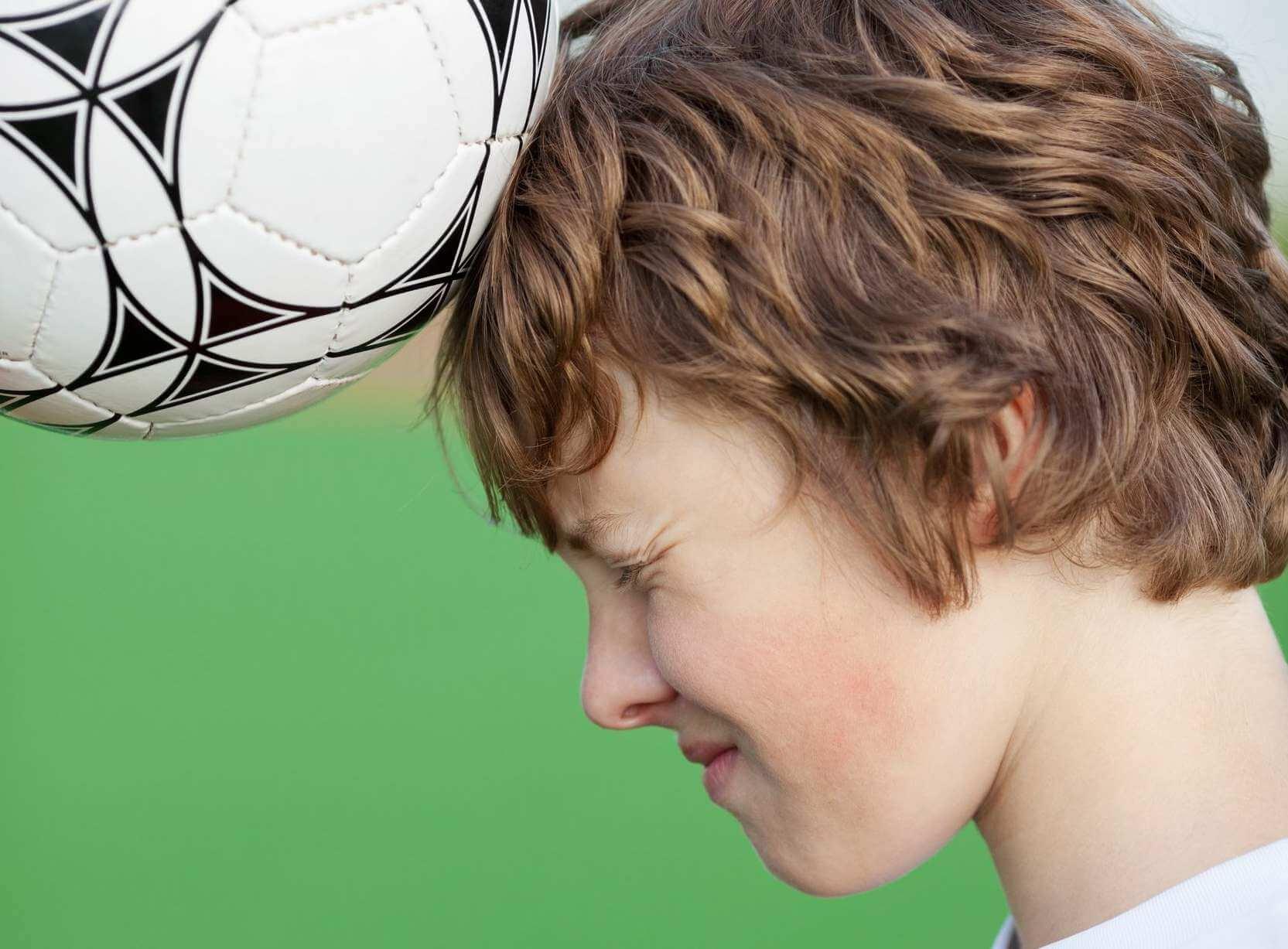 ¿Es riesgoso cabecear una pelota de fútbol?