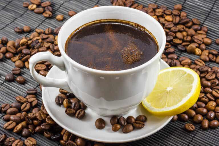 Café con limón: ¿es una buena mezcla?