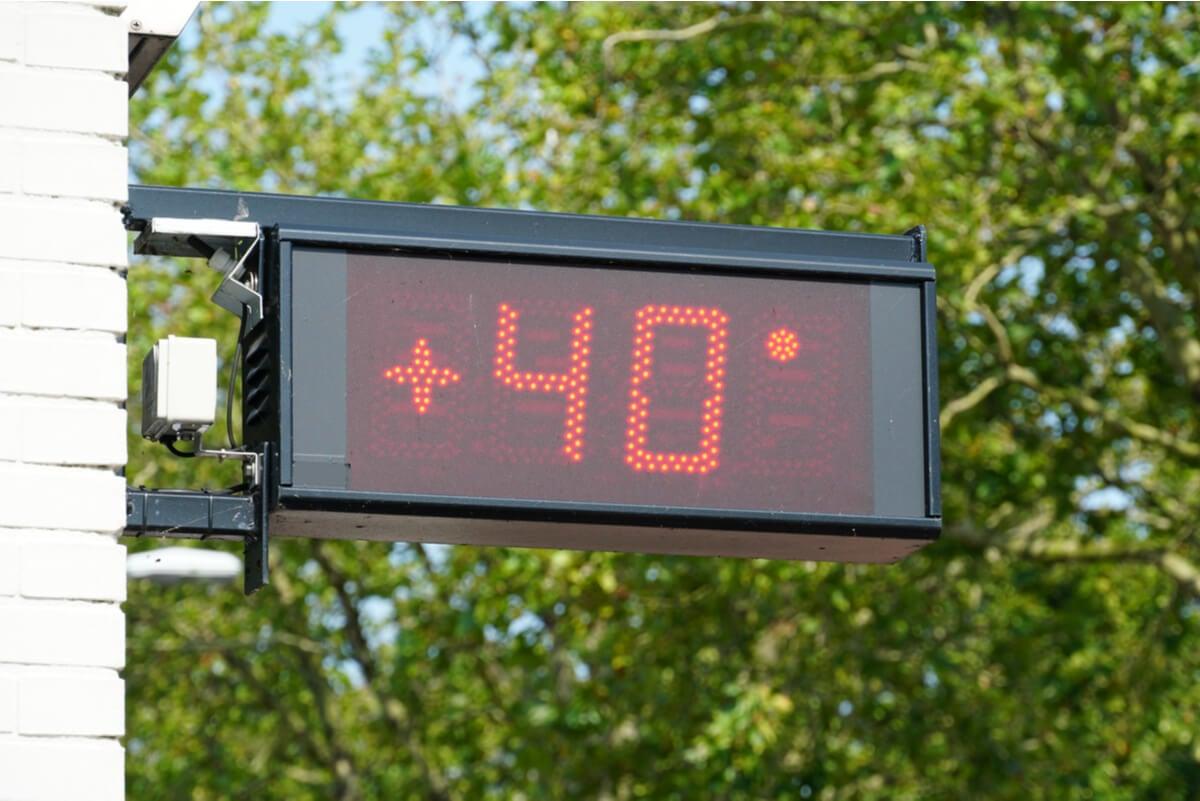 Calor extremo en un cartel de tráfico.