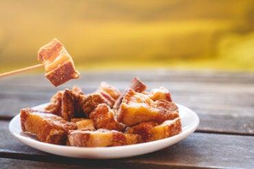 ¿Comer piel de cerdo puede ser riesgoso para el organismo?