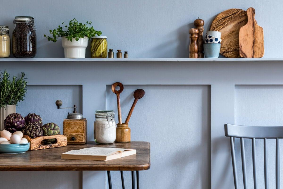 Colores neutros al decorar la cocina.