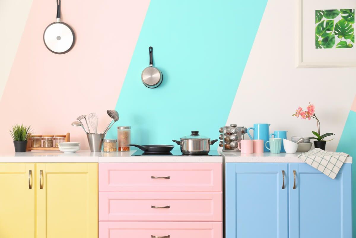 Combinación de colores al decorar la cocina.