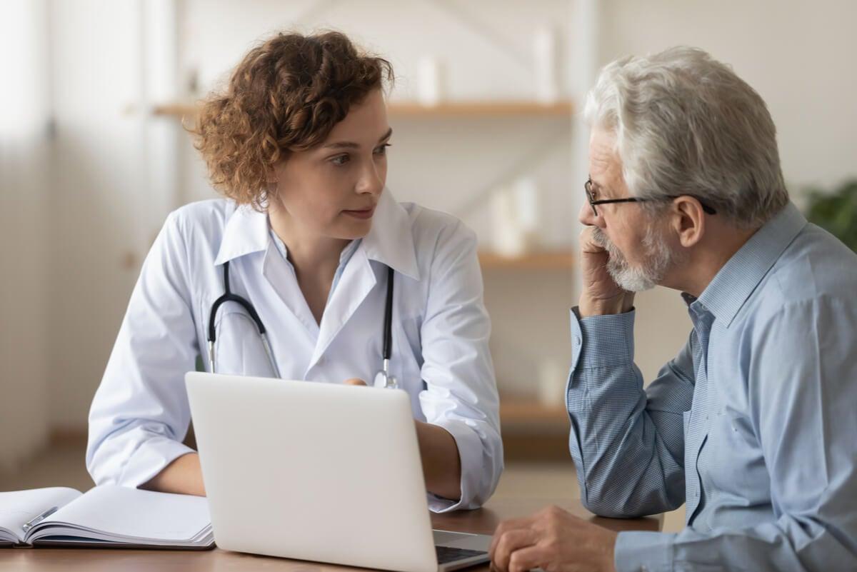 Profesional explica los requerimientos nutricionales a un adulto mayor.