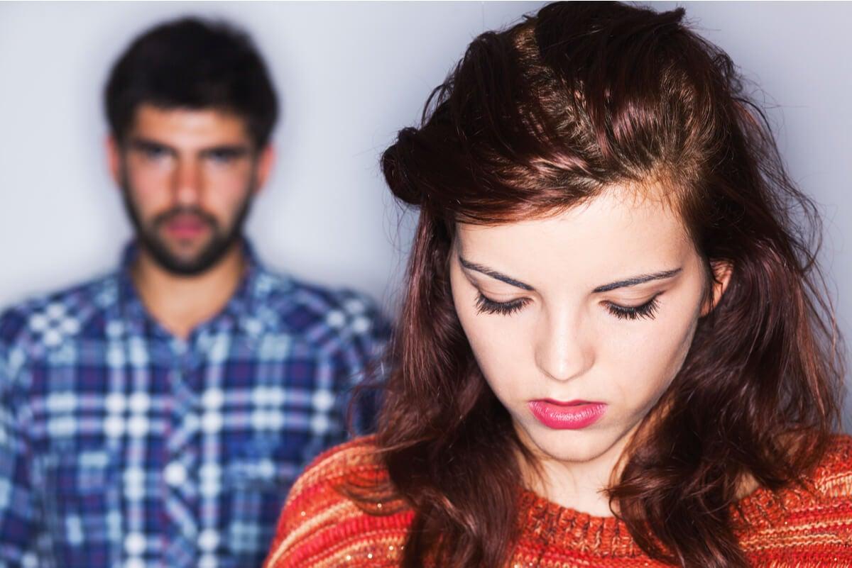 Mujer triste por la agresividad pasiva de su pareja.