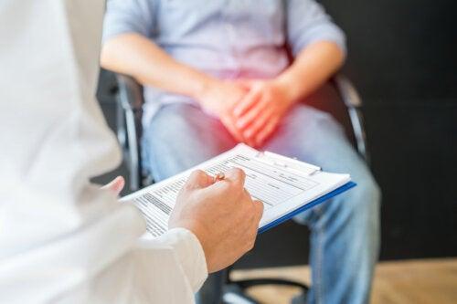 ¿Por qué duele tanto una patada en los testículos?