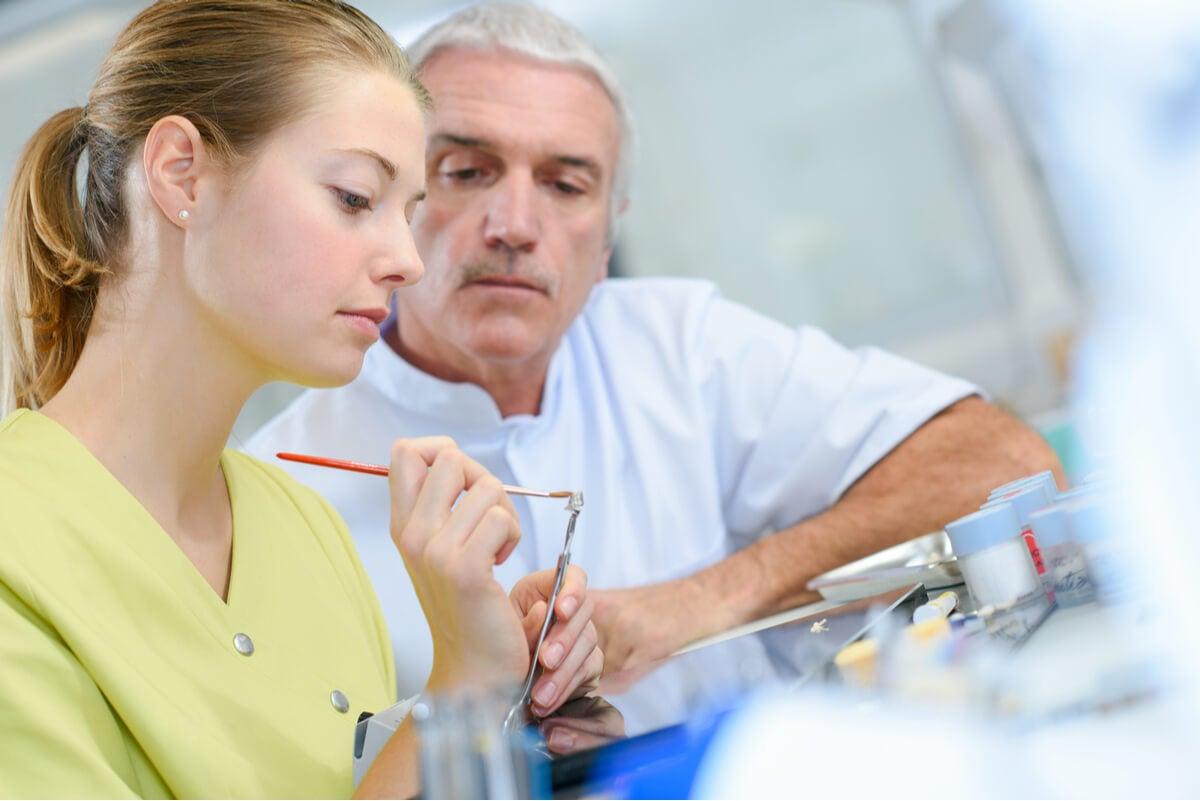 Formación de una estudiante en odontología holística.
