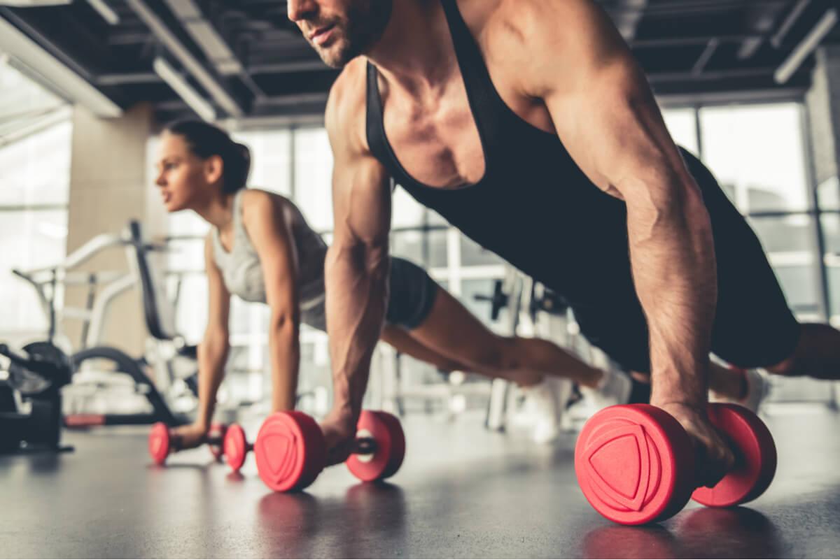 Ejercicio de flexiones de tríceps con mancuernas.