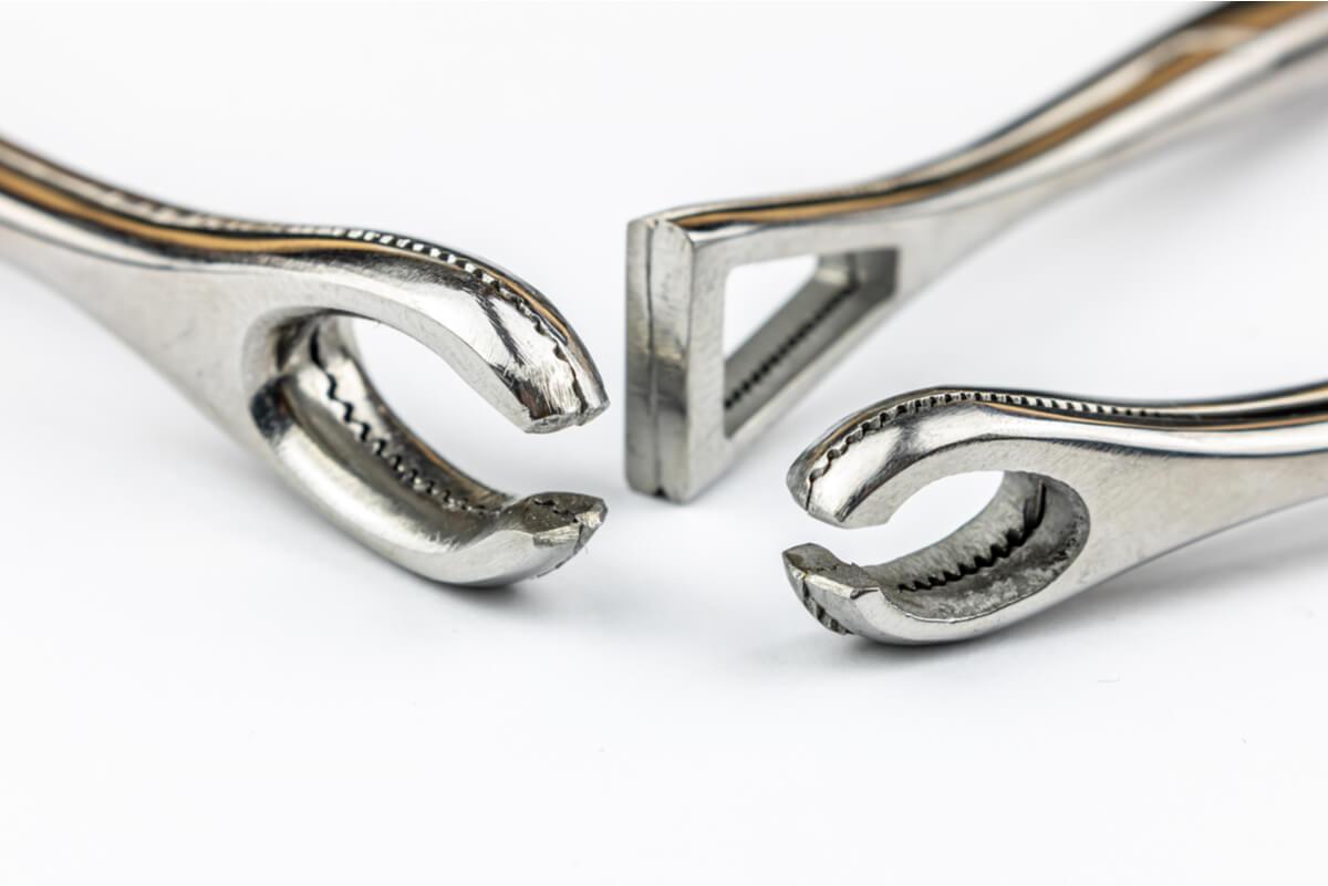 Herramientas para colocar un piercing industrial.