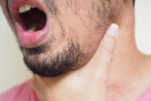 ¿Qué puedo hacer para sacar una espina de pescado atorada en la garganta?
