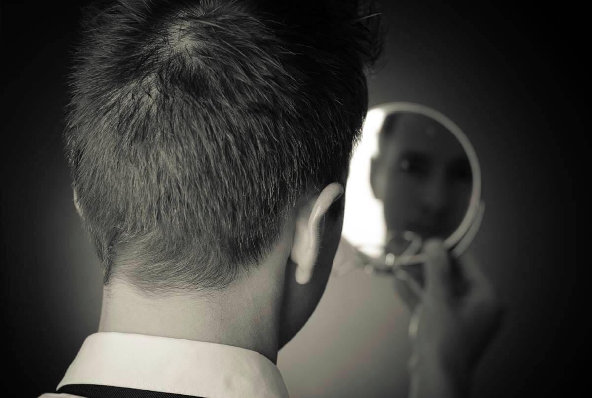 Mirarse en el espejo para compararse.