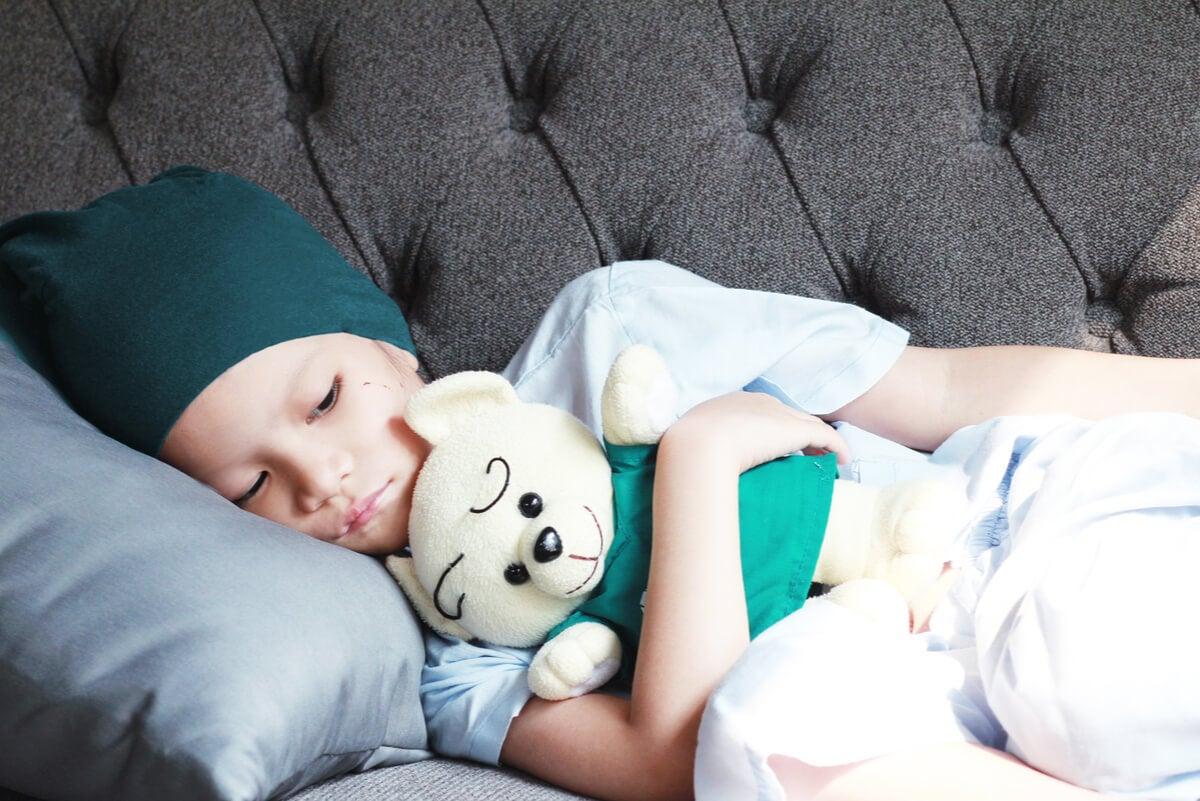 Pequeña con cáncer infantil recostada.