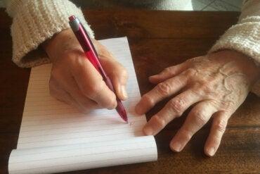 Callo del escritor: ¿por qué aparece y cómo tratarlo?