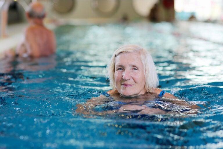 Aprender a nadar a partir de los 50 años: beneficios y consejos