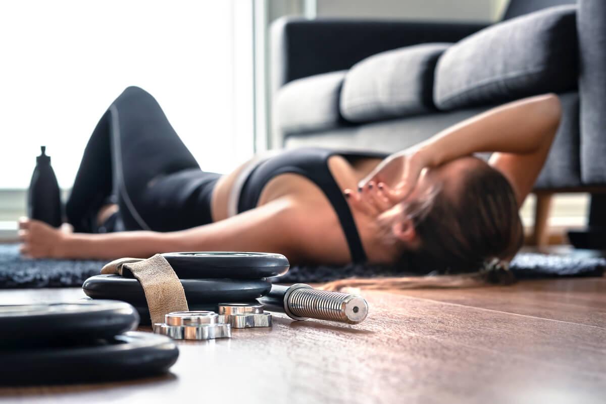 Mujer en un descanso tras practicar HIIT.